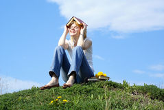 Estudiante femenino al aire libre en hierba verde con los libros Imagen de archivo libre de regalías
