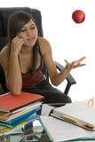 Estudiante femenino al estudiar con la manzana Fotos de archivo