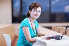 Estudiante femenino bastante joven con la computadora portátil Foto de archivo
