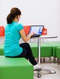 Estudiante femenino bastante joven con la computadora portátil Fotografía de archivo
