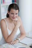 Estudiante femenino bonito con la computadora portátil Imágenes de archivo libres de regalías