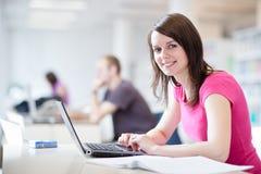 estudiante femenino bonito con la computadora portátil Fotos de archivo