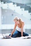 Estudiante femenino bonito con la computadora portátil y los libros Imágenes de archivo libres de regalías