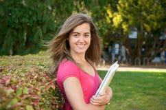 Estudiante femenino con el libro de texto Fotos de archivo libres de regalías