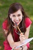 Estudiante femenino con el libro de trabajo Fotos de archivo libres de regalías