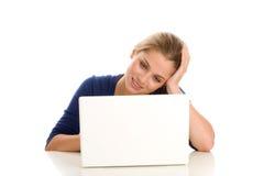Estudiante femenino con el ordenador portátil Fotos de archivo libres de regalías