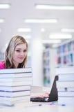 Estudiante femenino con la computadora portátil y los libros Foto de archivo libre de regalías