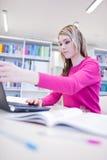 Estudiante femenino con la computadora portátil y los libros Imágenes de archivo libres de regalías