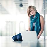 estudiante femenino con una computadora portátil Imágenes de archivo libres de regalías