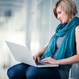 Estudiante femenino con una computadora portátil Foto de archivo