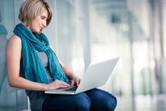 Estudiante femenino con una computadora portátil Imagen de archivo