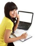 Estudiante femenino con una computadora portátil y un cuaderno Fotografía de archivo libre de regalías