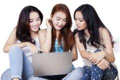 Estudiante femenino de la High School secundaria con el ordenador portátil en estudio Fotos de archivo