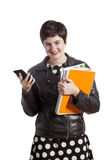 Estudiante femenino de la High School secundaria con el teléfono elegante Foto de archivo
