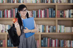 Estudiante femenino de la High School secundaria en biblioteca Imagen de archivo libre de regalías
