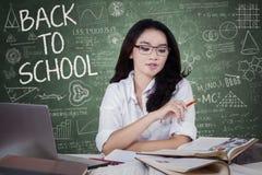Estudiante femenino de la High School secundaria que aprende en clase Imagen de archivo