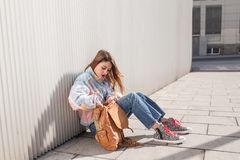 Estudiante femenino del adolescente que se sienta en el piso Foto de archivo libre de regalías