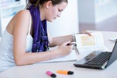 Estudiante femenino en la biblioteca de universidad Imagen de archivo