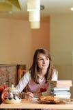 Estudiante femenino en pizzería Imagen de archivo