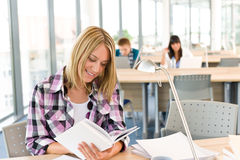 Estudiante femenino feliz con el libro Imagen de archivo