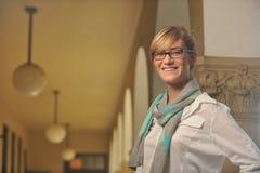 Estudiante femenino hermoso joven en campus Imagen de archivo