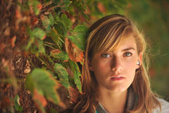 Estudiante femenino hermoso joven en campus Fotos de archivo libres de regalías