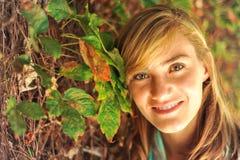 Estudiante femenino hermoso joven en campus Fotografía de archivo