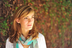 Estudiante femenino hermoso joven en campus Imagen de archivo libre de regalías