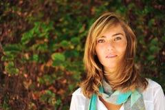 Estudiante femenino hermoso joven en campus Foto de archivo libre de regalías