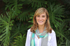 Estudiante femenino hermoso joven en campus Foto de archivo