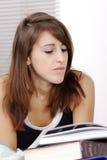 Estudiante femenino joven que estudia en su escritorio Fotos de archivo libres de regalías