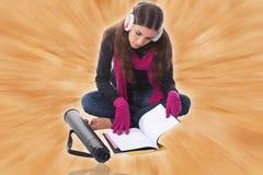 Estudiante femenino joven que se sienta en estudiar del suelo Imagen de archivo