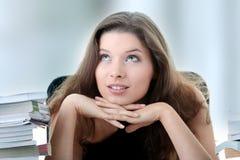 Estudiante femenino joven y bonito con los libros Fotografía de archivo libre de regalías