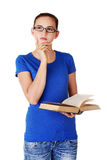 Estudiante femenino pensativo que mira para arriba Fotos de archivo libres de regalías