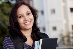 Estudiante femenino que estudia al aire libre Foto de archivo libre de regalías
