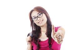 Estudiante femenino que muestra thumbs-up Fotos de archivo libres de regalías