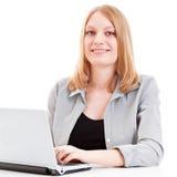 Estudiante femenino que trabaja en la computadora portátil Imagen de archivo libre de regalías