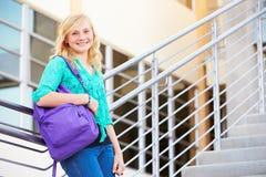 Estudiante femenino Standing Outside Building de la High School secundaria Fotos de archivo libres de regalías