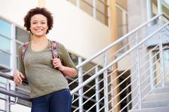 Estudiante femenino Standing Outside Building de la High School secundaria Foto de archivo