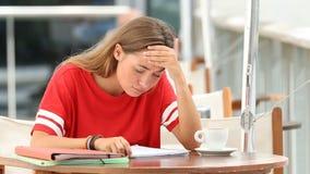 Estudiante frustrado que estudia en una cafetería almacen de video