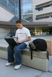 Estudiante fuera de la biblioteca Foto de archivo libre de regalías