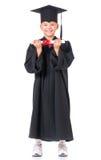 Estudiante graduado del muchacho en capa Imagenes de archivo