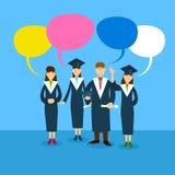 Estudiante Group Graduation Gown con la caja de la charla Fotografía de archivo