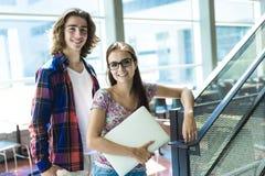Estudiante hembra-varón hermoso joven en la universidad Foto de archivo libre de regalías