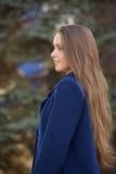 Estudiante hermosa en la sonrisa azul de la capa Fotografía de archivo libre de regalías