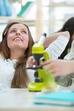 Estudiante hermosa que se relaja en la lección de la biología Fotografía de archivo