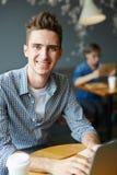 Estudiante hermoso en café cibernético fotografía de archivo