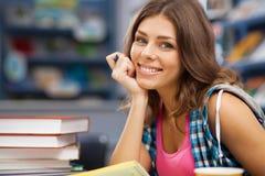 Estudiante hermoso en una biblioteca Imagen de archivo