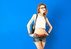 Estudiante hermoso Hipster Girl en fondo azul foto de archivo