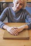 Estudiante hermoso joven de la mujer con el álbum que piensa en el ide Fotos de archivo
